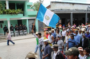 Roberto Pivaral leading a march in San Rafael Las Flores asking the mayor of the municipality to hold a community consultation about metal mining in the area. Photo: CPR Urbana